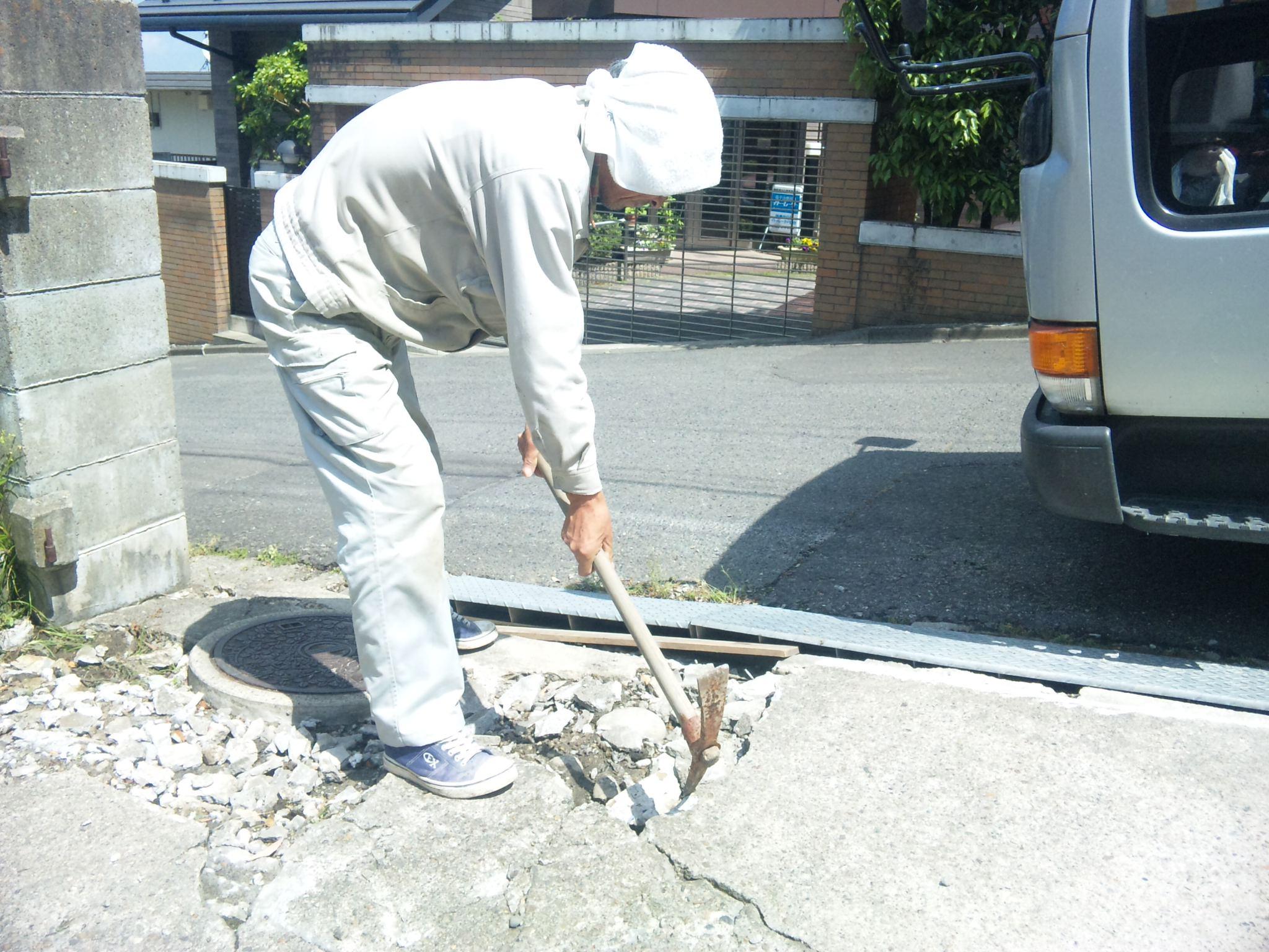 地震で駐車場が凸凹の状態になりました。
